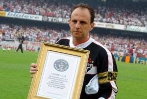 RogerioCeniM1to5-300x203 Rogério Ceni é o maior goleiro da história do futebol